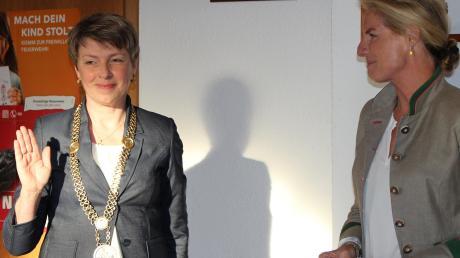 Die neue Bürgermeisterin Petra Riedelsheimer (links) wurde von Isabel von Morgenstern vereidigt.