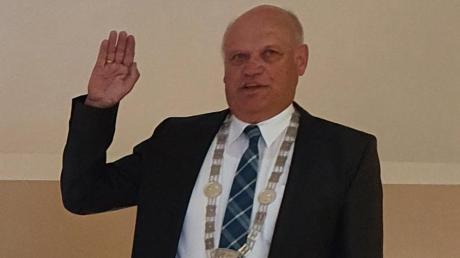 Der neue Genderkinger Bürgermeister Leonhard Schwab bei seiner Vereidigung.