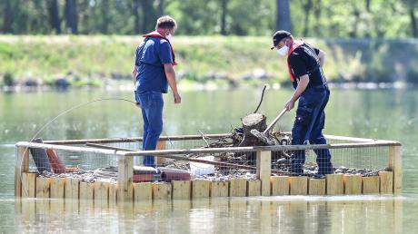 Ein kleiner Kran hievte das Brutfloß zunächst auf den Feldheimer Stausee. Ein Boot zog das Floß dann auf den See. Dort verankerten es Mitarbeiter von LEW Wasserkraft und führten letzte Arbeiten durch.