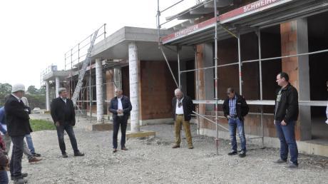 """Nur im kleinen Rahmen """"feierten"""" die Oberndorfer den Hebauf für ein großes Projekt: das Kinderbetreuungszentrum. Im kommenden Jahr soll es bezugsfertig sein."""