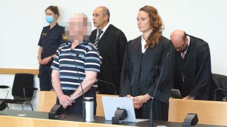 Bei der Urteilsverkündung: Der Angeklagte im Gülle-Prozess mit seinen Verteidigern.