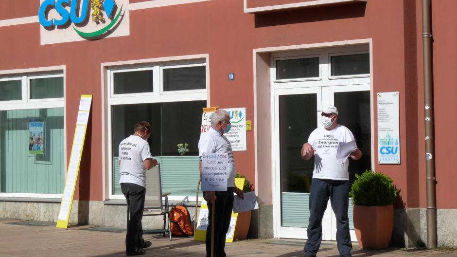 Mitglieder des neuen Aktionsbündnisses gestern in Donauwörth vor der CSU-Geschäftsstelle.