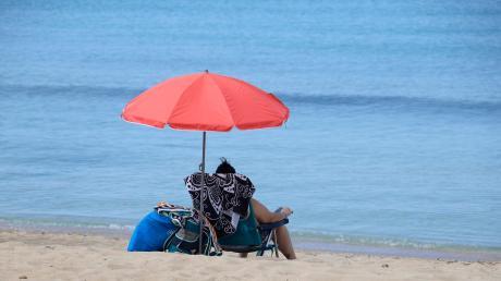 Nach einer mehr als zweimonatigen Zwangsschließung wegen der Corona-Pandemie haben Mallorca und andere Regionen Spaniens am Montag ihre Strände wieder geöffnet. Es ist unklar, ob Deutsche im Sommer auch dorthin reisen dürfen.