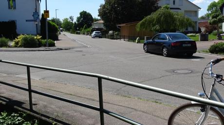 An der Einmündung Lerchenweg/Ziegelmoosstraße in Rain sind die Markierungen abgenutzt und sollen nun erneuert werden.
