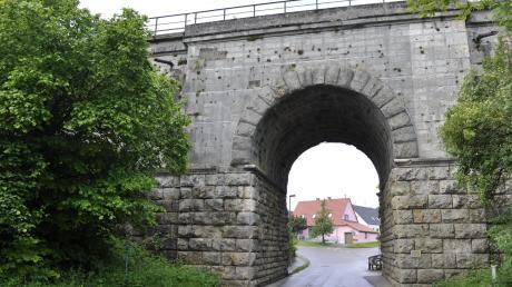 An der Eisenbahnbrücke beim Übergang von der Badgasse zur Schäfgasse in Ebermergen gibt es keinen Gehweg für Fußgänger.