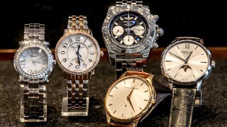 Teure Uhren, ähnlich wie diese hier, haben drei junge Männer gestohlen. Dabei haben sie auch das Internet genutzt.