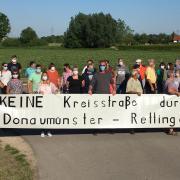 """""""Keine Kreisstraße durch Donaumünster - Rettingen"""", so die Forderung der betroffenen Bürger auf einem großen Banner in Rahmen einer Ortsbegehung."""