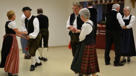 Fünf Paare der Volkstanzgruppe Ebermergen zeigen unter Anleitung des Tanzmeisters Günter Franzus die Volkstänze, die im Ries auf den Tanzböden der Dorfwirtschaften an Kirchweihen und Hochzeiten üblich waren. Begleitet wurden sie bei den Video-aufzeichnungen von den Nördlinger Musikanten.