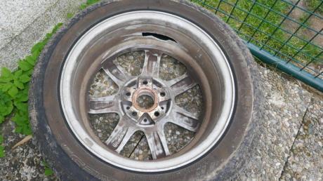 Dieses Rad hat sich am 14. Juni während der Fahrt vom Auto eines Buchdorfers gelöst. Zuvor hatte ein Unbekannter die Schrauben gelöst.