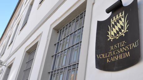 Hinter den Mauern der Justizvollzugsanstalt Kaisheim ist ein Insasse im vergangenen Jahr von Mitgefangenen misshandelt und gedemütigt worden.