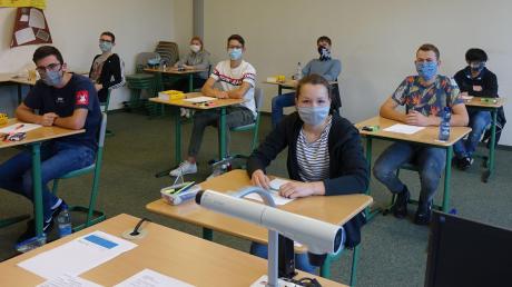 Abschluss unter besonderen Bedingungen: Auf dem Weg zu ihrem Platz mussten die Schüler eine Maske tragen. Während der Prüfung durften sie diese jedoch absetzen.