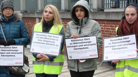 """2016 hieß es in Donauwörth """"Hand in Hand gegen Rassismus"""" – eine gemeinschaftliche Aktion des Jugendzentrum Donauwörth, der Aktion Anker und Pro Asyl."""