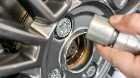 Auch in Wemding hat ein Unbekannter die Schrauben beziehungsweise Radmuttern von Autos heimlich gelockert.