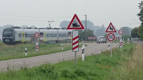 Zahlreiche Warnschilder sind rings um den Bahnübergang Rain-Staudheim angebracht. Dennoch passieren immer wieder schwere Unfälle dort. Langfristig soll sich an dieser Stelle baulich etwas verändern, um die Gefahrenstelle zu entschärfen.