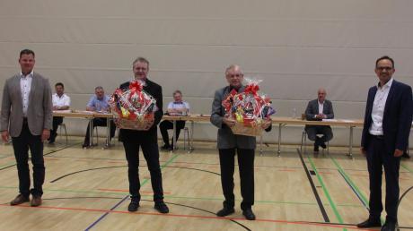 Vorsitzender Martin Drexler (rechts) und sein neuer Stellvertreter Philipp Schlapak verabschiedeten Werner Siebert (Zweiter von links) und Johann Bernreuther in Wemding aus der VG-Versammlung.