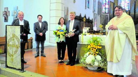 Bei der Ehrung (von links) Kirchenpfleger Walter Lenk, Pfarrgemeinderatsvorsitzender Paul Dieterle, Walburga und Gerhard Martin sowie Pfarrer Biercher.