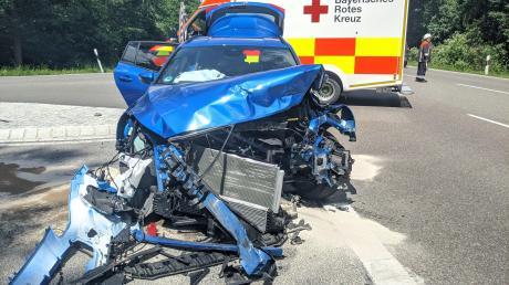 Mit diesem Auto stieß ein 18-Jähriger auf der B2 nördlich von Monheim frontal mit einem anderen Wagen zusammen.
