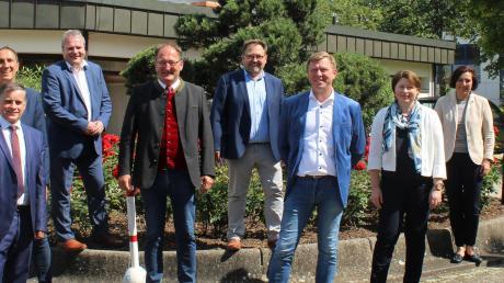 Der neue Kreisvorstand des Bayerischen Gemeindetages mit dem neuen Vorsitzenden Alois Schiegg (Fünfter von links) und Vizelandrätin Claudia Marb (Fünfte von rechts). Dritter von rechts der bisherige Vorsitzende Robert Ruttmann.