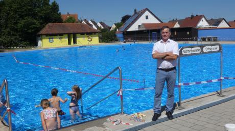 """Monheims Bürgermeister Günter Pfefferer freut sich über den Beginn der Badesaison – und mit ihm die Gäste des """"Nostalgiebads"""". Doch auch dort macht Corona nicht Halt. Es gibt eine Reihe von Einschränkungen."""