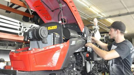 Kleintraktoren-Herstellung bei Hieble in Tapfheim: Die Sonderfahrzeuge werden ganz nach den Vorstellungen der Kunden, oft in Handarbeit, produziert. Dazu ist viel Fachwissen nötig, das sich die Mitarbeiter der Firma über Jahre angeeignet haben.