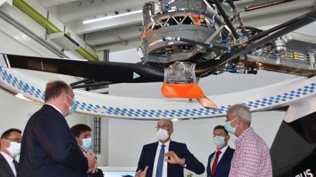 Unter einem Rotor des City-Airbus-Demonstrators: (von links) Ulrich Lange, Helge Braun, Bruno Even, Wolfgang Schoder, Hans Bartosch (Forschungschef in Donauwörth) und Michael Wagner, der technische Details erläuterte.