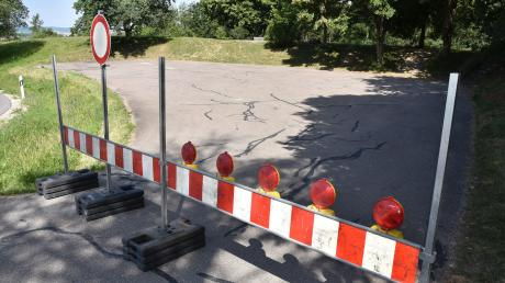 """Das Landratsamt Donau-Ries hat nun mit einer verkehrsrechtlichen Anordnung den Parkplatz an der sogenannten """"Applauskurve"""" bei Großsorheim gesperrt."""
