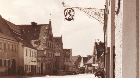 Der alte Wirtshaus-Ausleger am Golling-Haus um 1950.