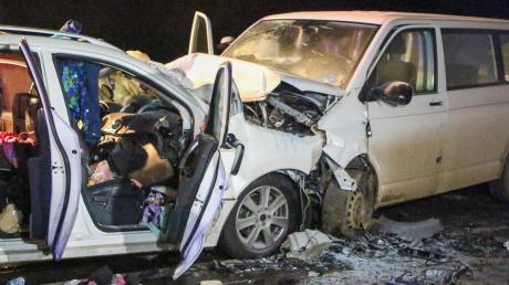 Eine Mutter und ihre drei Kinder kamen bei diesem Unfall auf der B2 bei Wernsbach ums Leben. Die Familie, die im linken Wagen unterwegs war, wohnte im Rainer Stadtteil Wallerdorf. Der Vater überlebte schwer verletzt. Der Verursacher, der den Kleinbus steuerte, stand nun vor Gericht.
