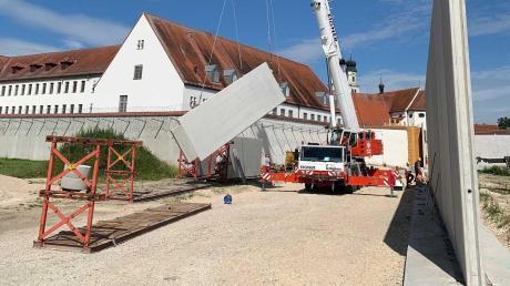 Mit einem Kran wurden die einzelnen Bauteile der neuen Gefängnismauer in Niederschönenfeld platziert.