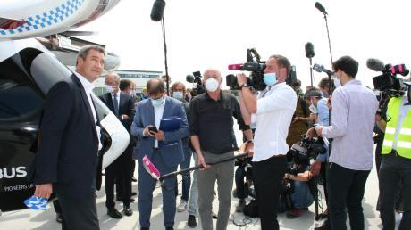 Banger Blick gen Himmel – oder ist doch auch Zuversicht zu erkennen? Ministerpräsident Markus Söder zeigte sich am Montag in Donauwörth überzeugt von der Innovationskraft der Airbus-Mitarbeiter in Donauwörth. Er sicherte der bayerischen Wirtschaft nachhaltige Unterstützung zu – vor allem auch der Produktion.