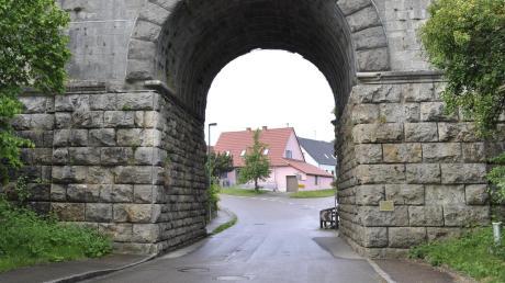 An den Bahnbrücken in Ebermergen leben offenbar geschützte Tiere. Dies verzögert die Sanierung.