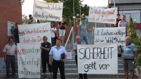 """Die Bürgerinitiave """"Keine Kreisstraße durch Donaumünster-Erlingshofen"""" bei ihrem Protest im Vorfeld der Anliegerinformation seitens der Gemeinde."""