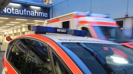 In einem Betrieb in Herbertshofen ist ein Mann mit einem Bagger über die Füße seines Kollegen gefahren.