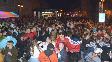 Solche Menschenmengen wie hier am Lumpigen Donnerstag in der Rainer Hauptstraße sind angesichts der Corona-Pandemie dieses Mal nicht denkbar.