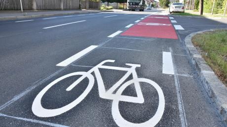 In der Nürnberger Straße in Donauwörth befinden sich auf beiden Seiten der Fahrbahn nun Sicherheitsstreifen für Radfahrer.