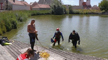 Zahlreiche Rettungskräfte und die Polizei suchten am Montag und Dienstag intensiv nach der Vermissten. Die Wasserwacht durchkämmte beispielsweise den Johannisweiher in Wemding.