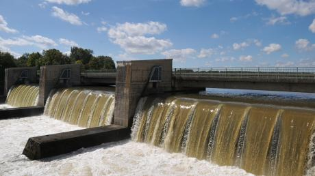 Das Bertoldsheimer Stauwehr bei Hochwasser: Wer in den Sog der Wasserkraft gerät, wird sieben Meter in die Tiefe gespült und vom Strudel unter Wasser gezogen.