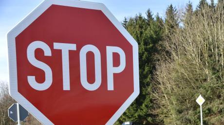Weil eine 20-Jährige ein Stoppschild überfuhr, kam es zu einem Unfall in Stettenhofen.