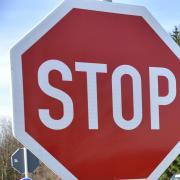 Weil eine 24-Jährige bei Fünfstetten ein Stoppschild überfuhr, kam es zu einem heftigen Unfall.