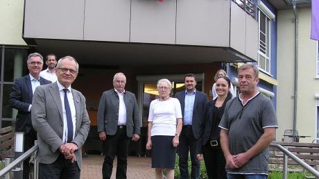 Die Teilnehmer der Gesprächsrunde mit Ulrich Lilie, dem Präsidenten der Diakonie Deutschland, stehen vor dem Ellen-Märker-Haus der Diakonie Harburg.