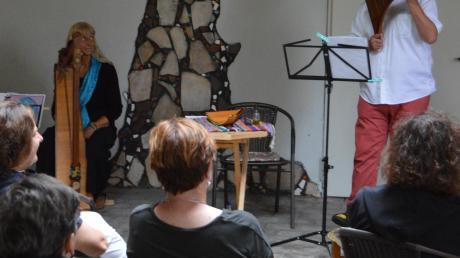 Die Gäste genossen das erste Klangwiese-Picknick in Blossenau. Es war Entspannung pur, auf mitgebrachten Sitzgelegenheiten oder Decken der Musik von Saitenzauber, Klangschalen und Panflöte zu lauschen.