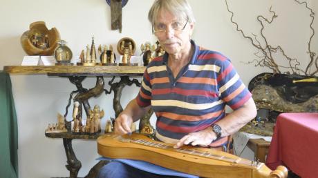 Ulrich Wisskirchen aus Tapfheim liebt Musik über alles. Häufig spielt er auf selbst konstruierten Instrumenten wie hier auf seinem Dulcimer.