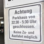 """Der Parkplatz der """"Donaumeile""""ist nachts gesperrt. Dennoch war ein 18-Jähriger dort unterwegs."""