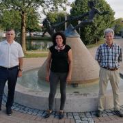 Neue Ortssprecherin für Warching ist Brigitte Roßmann (Mitte). Sie folgt auf Walter Rebele (rechts), ihr gratulierte Bürgermeister Günther Pfefferer (links).