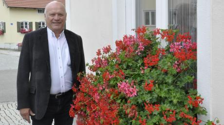 100 Tage im Amt: Genderkingens neuer Bürgermeister Leonhard Schwab am Rathaus.