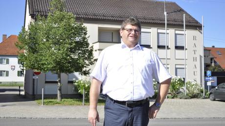"""Bürgermeister Josef Schmidberger vor dem Rathaus der Gemeinde Holzheim im Donau-Ries-Kreis. Der 52-Jährige blickt auf seine ersten knapp 100 Tage in seinem Amt mit Freude zurück. """"Relativ leichtgefallen"""" sei ihm der Amtsantritt."""