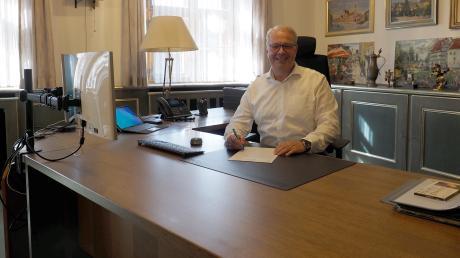 Ein leerer Schreibtisch heißt bei Karl Rehm nicht, dass es keine Arbeit als Bürgermeister in Rain gibt. Das Gegenteil ist der Fall. Doch mit dem neuen Amtschef begannen auch neue Zeiten: Es läuft jetzt viel mehr digital.