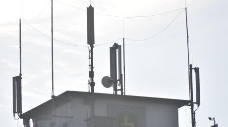 Auf diesem Getreidesilo in Fünfstetten sind aktuell zehn Antennen von zwei Netzbetreibern installiert. Nun soll eine weitere hinzukommen. Dies gefällt dem Gemeinderat und einem Anlieger gar nicht.