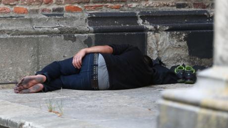 Ein Bild, das einem eher aus Großstädten bekannt ist: Ein Obdachloser, der im wahrsten Sinne des Wortes auf der Straße lebt. Im ländlichen Raum ist diese Form der Wohnungslosigkeit zwar eher selten, aber dennoch gibt es sie, wie Gabriele Wawrok von der Caritas Donau-Ries berichtet. Tendenz: steigend.