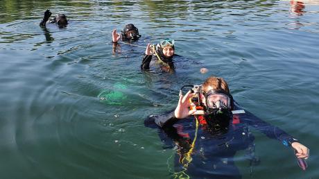 Die Rettungstaucher der Kreisverbände Donau-Ries und Dillingen übten im Baggersee bei Riedlingen in einer Tiefe von bis zu sieben Metern.